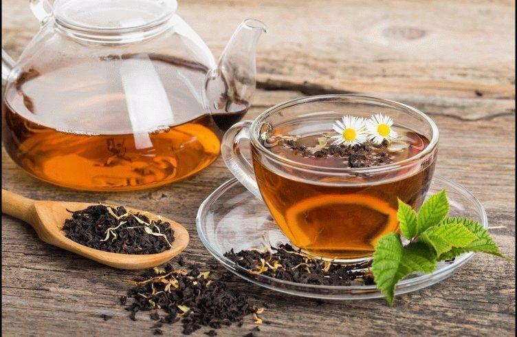 Black-tea-composition-with-mint-leaf-on-wooden-palette